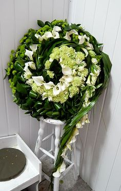 florystyka nowoczesna - Szukaj w Google Funeral Floral Arrangements, Beautiful Flower Arrangements, Beautiful Flowers, Grave Decorations, Flower Decorations, Modern Floral Design, Casket Sprays, Pinterest Garden, Sympathy Flowers