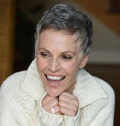 10 korte kapsels die bewijzen dat natuurlijk grijs haar ook super hip is! - Kapsels voor haar