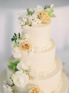 Cream wedding cake | Photography: Sposto Photography