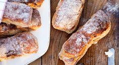 Recept på nattjästa frukostbullar med aprikoser och valnötter. Jäs över natten för färskt bröd till frukosten.