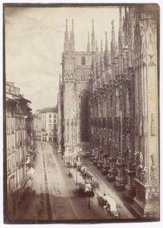 Milano - Corso Vittorio Emanuele - Duomo - Lato meridionale.  Veduta con le edicole e i venditori ambulanti. 1860