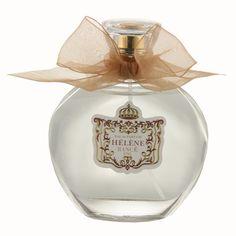 Rancé Hélène 100ml Eau de Parfum Spray Hélène Eau de Parfum is een zéér vrouwelijke geur en is een ode aan romantische liefde en haar vreugdevolle jeugdigheid. De frisse, delicate noten van neroli en het luchtige opwekkende aroma van ylang ylang mengen met geuren van roos en Sambac jasmijn en creëert een delicaat en harmonieus parfum met een sensuele ondertoon. Hélène Eau de Parfum werd in 2010 gelanceerd. De neus achter deze geur is Jeanne Sandra Rance.Olfactorische beschrijving: floraal…