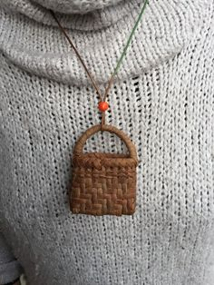 通常の二本とび網代の完全ミニチュア版となっております。 サイズ 横幅5,8センチ.高さ5センチ マチ2.5センチとなっております。 取り付け紐は調節可能な紐のみになっております。 Baskets On Wall, Wicker Baskets, Gift Baskets, Willow Weaving, Basket Weaving, Big Basket, Sewing Baskets, Flower Girl Basket, Craft Bags