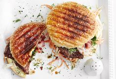 Burger mit Steak, Speck und Farmersalat