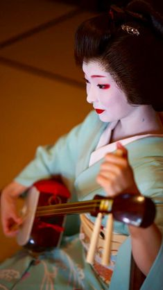 【Geiko,October Geiko is Toshimana. Shooting location is Nijyojinya. Photo by gaap. Kyoto, Lucy Van Pelt, Traditional Japanese Art, Japan Art, Japanese Beauty, Japanese Culture, Digital Camera, Samurai, October