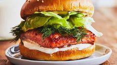 Burger à la truite grillée | Mordu Valeur Nutritive, Filets, Galette, Salmon Burgers, Hamburger, Hot, Ethnic Recipes, Mayonnaise, Simple