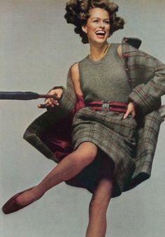 Lauren Hutton is wearing Anne Klein, photo Richard Avedon. Vogue US August 1973 Vogue Fashion, 70s Fashion, Fashion Beauty, Vintage Fashion, Fashion Magazines, Fashion Wear, Vintage Clothing, Lauren Hutton, Seventies Fashion