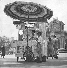 1950. Puesto de helados cerca de la Puerta de Alcalá. Foto de Nicolas1056