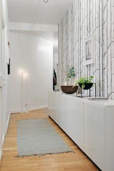 idee deco couloir sol en parquet clair, mur avec papiers peints design blanc noir