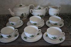 Serviço de chá do período Gilman, entre 1905 e 1973, da extinta marca da louças Sacavém.  Colecção particular
