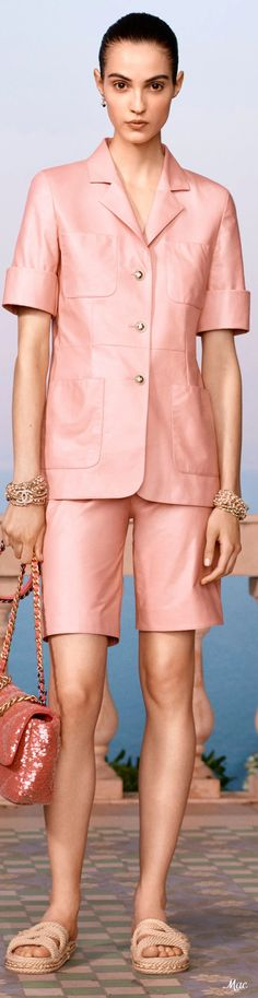 Fashion 2020, Fashion Brand, Fashion Show, Womens Fashion, Fashion Tips, Chanel Resort, Coral Fashion, Spring Fashion, Moda Coral