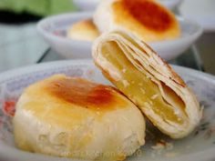 'Bakpia Pathok(Chinese:肉饼)are small, round-shaped Indonesian sweet rolls, usually stuffed with mung beans. Small Desserts, Asian Desserts, Asian Recipes, Sweet Recipes, Indonesian Desserts, Indonesian Cuisine, Indonesian Recipes, Mochi Cake, Bean Cakes