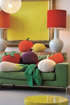 תזרקי על עצמך משהו: האביזרים שתשליכו בנונשלנטיות על הספה | בניין ודיור