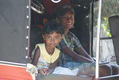 Nous sommes à Ella au Sri Lanka. Une jolie petite ville dont les alentours sont incroyablement beaux notamment avec les champs de thé.