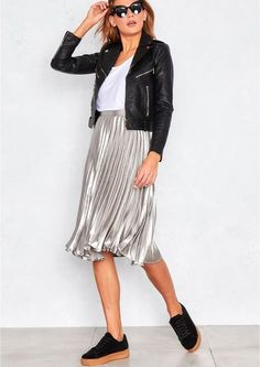 Silver Pleated Midi Skirt- casual look with white tee and leather jacket Moda Fashion, Fashion 2017, Skirt Fashion, Fashion Outfits, Fashion Trends, Sneakers Fashion, Pleated Skirt Outfit, Skirt Outfits, Casual Outfits
