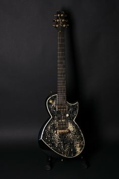 Samaria Guitars Black Carbon Gold Edition by Georg Beïs. Honduras mahogany (swietania macrophylla), UD Carbon, leaf gold, piano black
