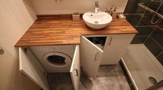 Un lavabo bol en céramique blanche à poser sur un plan stratifié imitation bambou.
