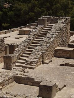 Ancient History Greece - The Palace at Knossos, Crete - the seat of the ancient Minoan civilisation, named for the mythical King Minos. Ancient Greek Art, Ancient Ruins, Ancient Greece, Mayan Ruins, Heraklion, Greek History, Ancient History, Knossos Palace, Crete Greece
