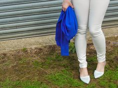 thatspeachy.com, outfit, ootd, fashion blogger, white jeans, holographic shoes,