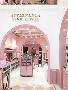 Boutique Interior, Clothing Store Interior, Boutique Decor, Stylenanda Pink Hotel, Girls Dressing Room, Interior Design Studio, Salon Design, Beauty Salon Decor, Luxury Store