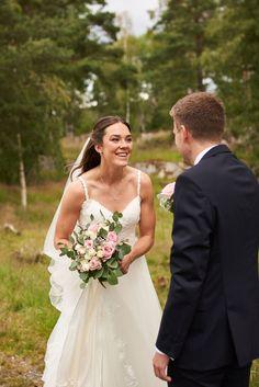 """Kari og Kristian tok et noe utradisjonelt valg ved å ha fotograferingen før vielsen. Dette er noe jeg virkelig vil anbefale hvis man har vielse litt sent på dagen og man klarer å få tid til det. Dette gjør at man kan nyte dagen med gjestene etter vielsen. I tillegg får man sjansen til å ta """"first look"""" bilder som jeg synes er så koselige å ha.  #Bryllupsfotograf #bryllupsfotografering Lace Wedding, Wedding Dresses, Studios, Fashion, Lantern, Creative, Bride Dresses, Moda, Bridal Gowns"""