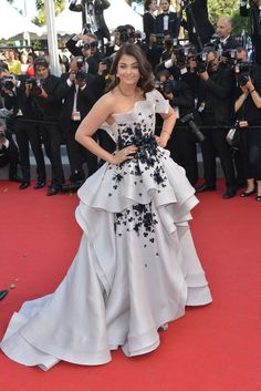 "Festiwal Filmowy w Cannes 2015: Aishwarya Rai w sukni Ralph & Russo Couture na premierze filmu ""Youth"", fot. East News"