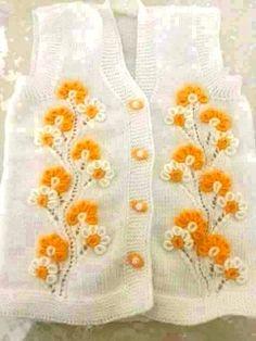 beyaz üzerine sarı çiçek işlemedi bebek yeleği