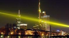Frankfurter Skyline mit Lichtstrahl | Bild: picture-alliance/dpa