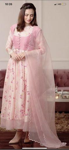 Dress for eid Beautiful Dress Designs, Stylish Dress Designs, Stylish Dresses For Girls, Casual Dresses, Beautiful Dresses, Simple Dresses, Designer Party Wear Dresses, Kurti Designs Party Wear, Indian Designer Outfits