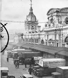 Historic: This picture shows a line up of van during a meat strike at Smithfield Market in 1936 Uk History, London History, British History, Vintage London, Old London, Smithfield Market, Wales, Ancient Greek Architecture, Gothic Architecture