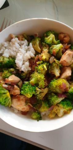 Pandanrijst gekookt in kokosmelk, kipfiletreepjes, kleine roosjes broccoli, rode ui, sojasaus en chilipoeder.