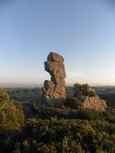 Monolitos gigantes alrededor de Casa rural Ioar, en agroturismo de Navarra