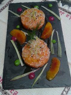 Tartare di salmone e gamberi profumata al gin con arance, sedano e germogli di porro.
