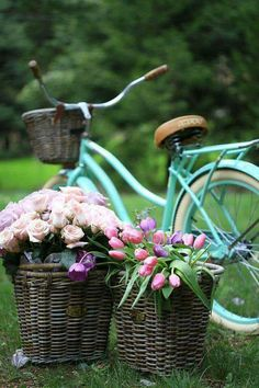 It's a beautiful world Velo Retro, Velo Vintage, Vintage Bicycles, Retro Bikes, Photo Velo, Bike Planter, Old Fashioned Bicycle, Bicycle Pictures, Bicycle Basket