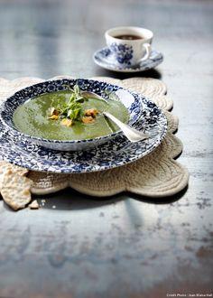 Soupe d'épinards au bleu du Shropshire - Le bleu utilisé pour cette délicieuse recette de soupe d'épinards est un fromage au lait de vache à pâte persillée. Serving Bowls, Plates, Cooking, Tableware, Kitchen, Food, Spinach, Happy, Cow Cheese