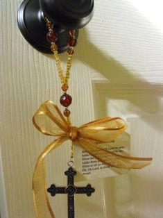 A door knob prayer. Well it's a wonderful reminder. A sweet prayer card is attached to each on. Jesus Crafts, Catholic Crafts, Church Crafts, Bible Crafts, Christian Crafts, Christian Decor, Diy Crafts For Gifts, Crafts To Sell, Bazaar Crafts