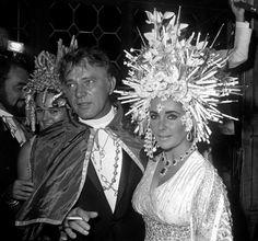 Baile Veneciano. En Septiembre de 1967 se organizó en el palacio Rezzonico de Venecia una espectacular fiesta de disfraces con el lema ''Salvemos Venecia'', en la cual se recaudaron fondos para ayudar a los artistas venecianos que padecian los efectos de una inundación muy reciente.  A este gran evento acudieron Liz Taylor y Richard Burton.