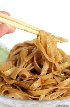 Peanut Butter Lo Mein Recipe - These peanut butter noodles are one of my kids very favorite foods. The lo mein is made with fettuccine noodles. While I make several different versions of this peanut butter lo mein recipe for her. Vegetarian Recipes, Cooking Recipes, Healthy Recipes, Diet Recipes, Delicious Recipes, Healthy Foods, Snack Recipes, Buttered Noodles, Le Diner