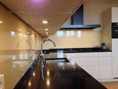 Glazen keuken achterwand in Extra helder glas. Opgemeten en geplaatst door Martens Glas Vogelenzang.