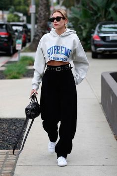 Fashion Tips For Teenagers Hailey Baldwin - jogger - jogger - vero - street-style.Fashion Tips For Teenagers Hailey Baldwin - jogger - jogger - vero - street-style Mode Outfits, Trendy Outfits, Summer Outfits, Girl Outfits, Fashion Outfits, Fashion Trends, Womens Fashion, Popular Outfits, Fall Tomboy Outfits