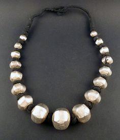 Collier tribal avec perles de cire argent par ethnicadornment