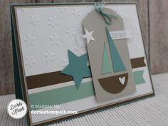 Ich durfte für einen Jungen eine Karte zur Taufe entwerfen und schnell stand meine Farbkombination fest. Lagunenblau, Minzmakrone und Wildleder. Den Text Zur Taufe findet man in dem Stempelset Eins für alles. Das Segelboot war schnell zusammengesetzt, dazu habe ich meine Kreisstanze und die Stanze Tannenbaum benutzt. Für das kleine Herz konnte ich meine Eulenstanze … … Weiterlesen →