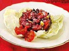 Tartare di tonno fresco con capperi, olive e pinoli: una ricetta ideale da servire in tavola come antipasto per un menu a base di pesce