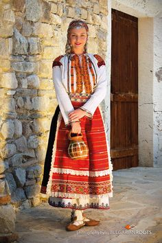 Bulgarian woman in Bulgarian national costumes Costume Ethnique, Folklore, Native Wears, Ethno Style, European Girls, Folk Costume, Bulgarian, World Cultures, Fashion History