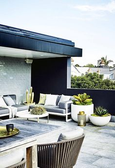 Modern planting and sharp lines give this rooftop terrace and garden a contemporary appeal. Modern planting and sharp lines give this rooftop terrace and garden a contemporary appeal. Rooftop Terrace Design, Rooftop Patio, Patio Roof, Terrace Garden, Rooftop Gardens, Pergola Plans, Diy Pergola, Pergola Kits, Pergola Ideas