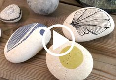 Billedresultat for male på sten Rock Crafts, Diy And Crafts, Crochet Stone, Rock And Pebbles, Beach Stones, Sgraffito, Pebble Art, Stone Art, Surface Pattern