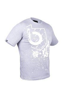 T-shirt wykonany ze 100% bawełny, o gramaturze 180 g/m2, żakardowa metka z subtelnym logo na zakończeniu rękawa, żakardowa wewnętrzna metka; dostępna w rozmiarach S,M,L,XL,XXL