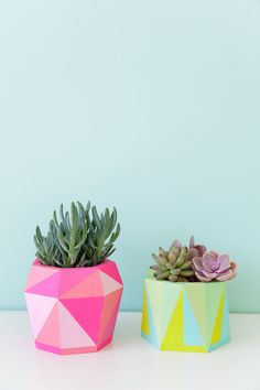 DIY-painted-geo-pots,-an-easy-DIY-that-is-colorful-and-fun (Diy Painting) Painted Flower Pots, Painted Pots, Painted Pebbles, Diy Simple, Easy Diy, Fun Diy, Diy Painting, Painting On Wood, Stone Painting