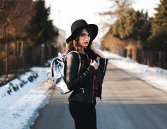 Witer look by fashion blogger Sandina. Silver backpack from e-store brytyjka.pl #winterlook #fashionboggersandina #silverbackpack