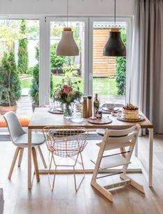 Do jadalni wybrano krzesła z różnych kompletów, uzyskując w ten sposób eklektyczny klimat. Duże okno w tle podnosi...